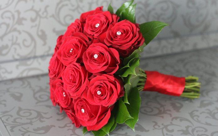 букет из красных роз со стразами