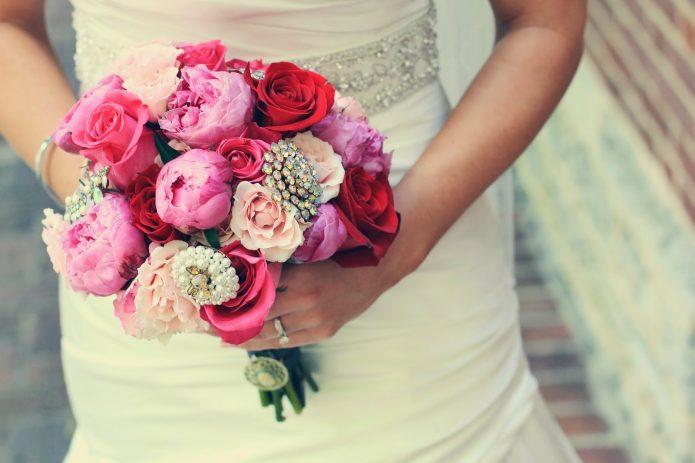 букет невесты из чайных и пионовидных роз и брошей