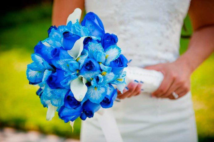 синие ирисы и розы