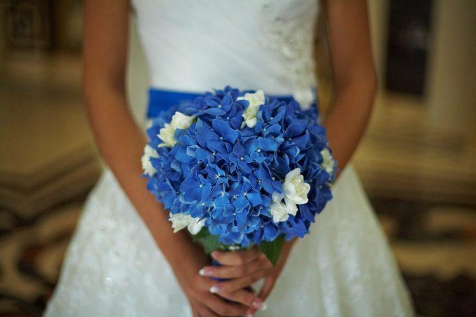 свадебный букет из синих гортензий