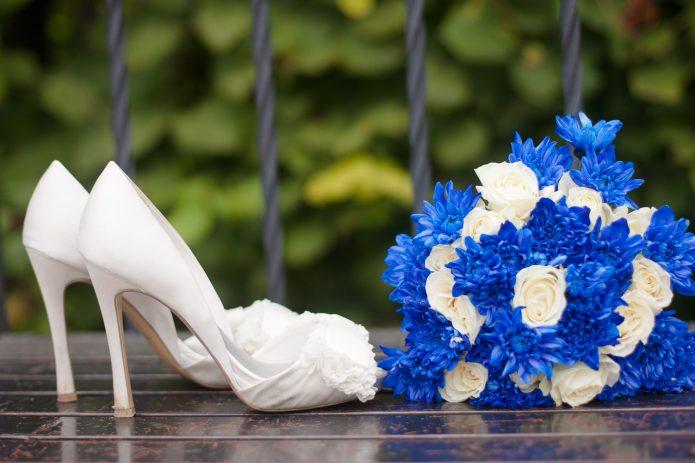 синие астры и белые розы