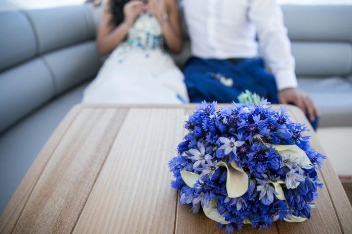 васильки и каллы в букете невесты