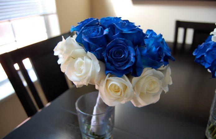 синие и белые розы