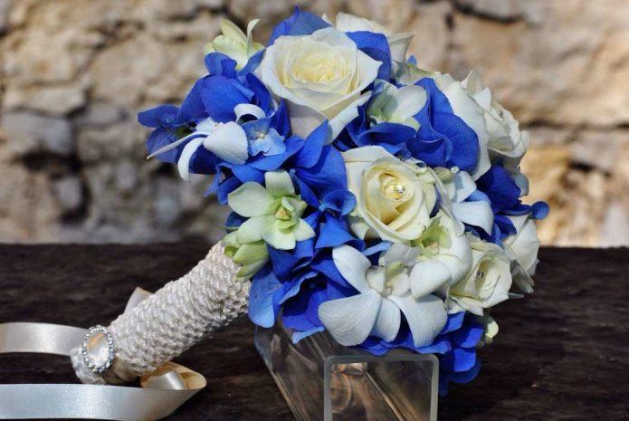 бело-синий свадебный букет на ножке