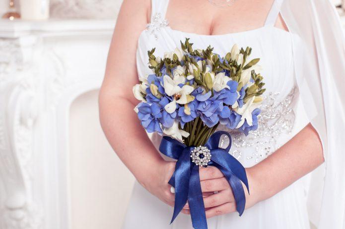 букет невесты с синим бантом