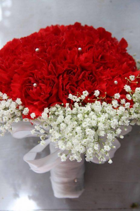 Красные гвоздики, дополненные белыми цветами