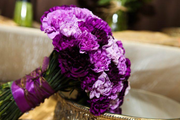 Букет из фиолетовых гвоздик