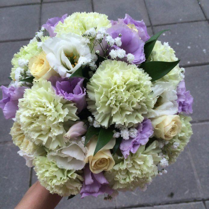 Белые гвоздики с цветами фиолетового оттенка