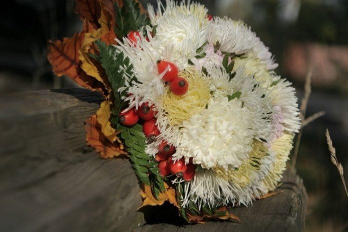 Осенний букет невесты с астрами
