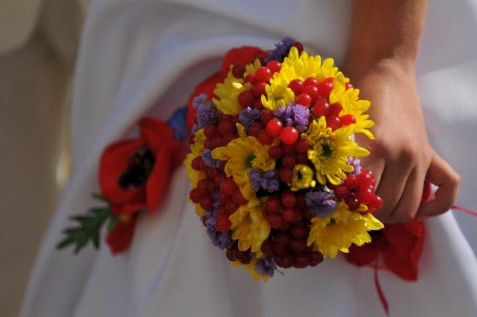 Осенний букет невесты с хризантемами
