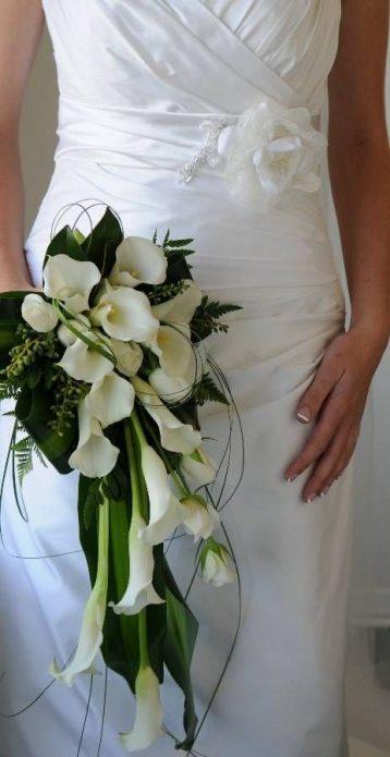 Невеста с букетом из калл в руке