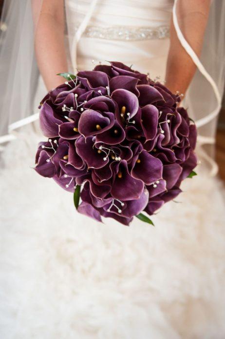 Букет невесты из фиолетовых калл