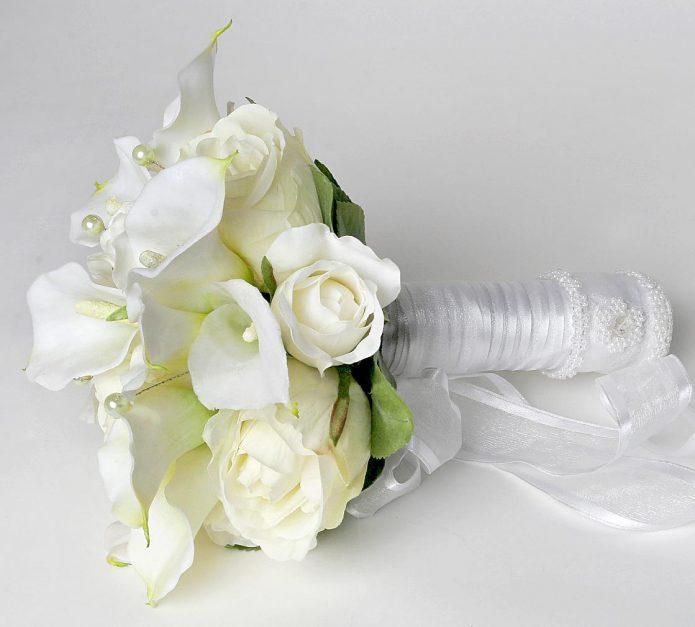 Букет невесты из калл с декором