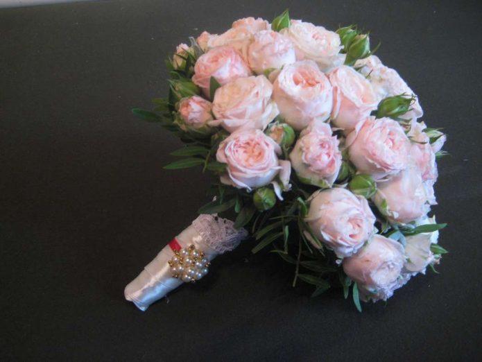 Букет невесты, декорированный жемчужинами