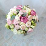 Букет невесты из пионовидных роз с фрезией