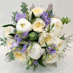 Букет невесты из пионовидных роз с эустомой