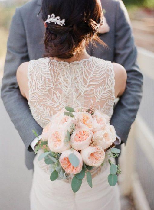 Невеста и жених с букетом из пионовидных роз