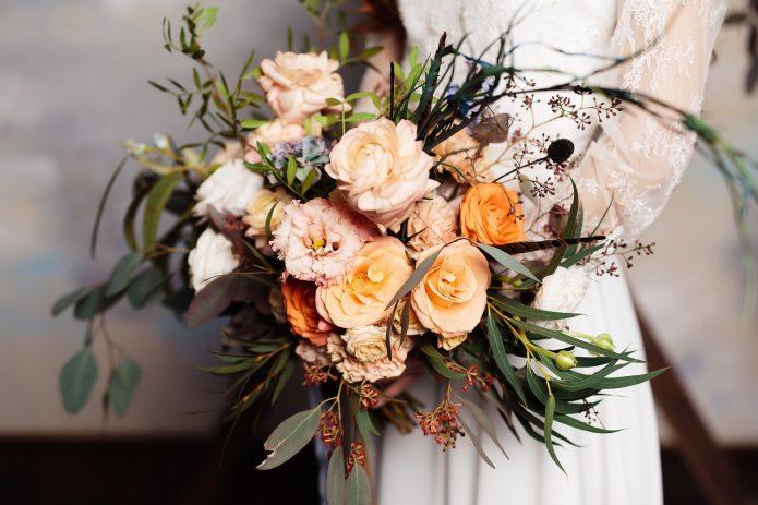 Букет невесты из пионовидных роз в стиле «бохо»