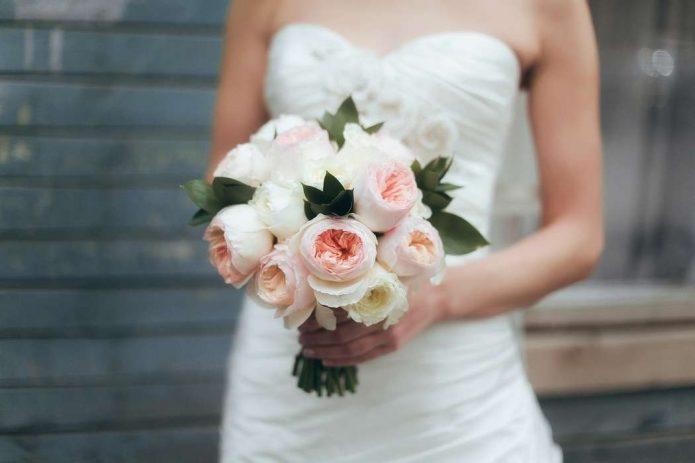 Букет невесты из белых и пастельно-розовых пионовидных роз