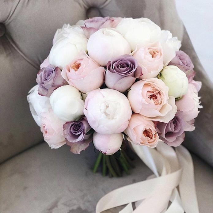Букет невесты из нераскрывшихся пионовидных роз