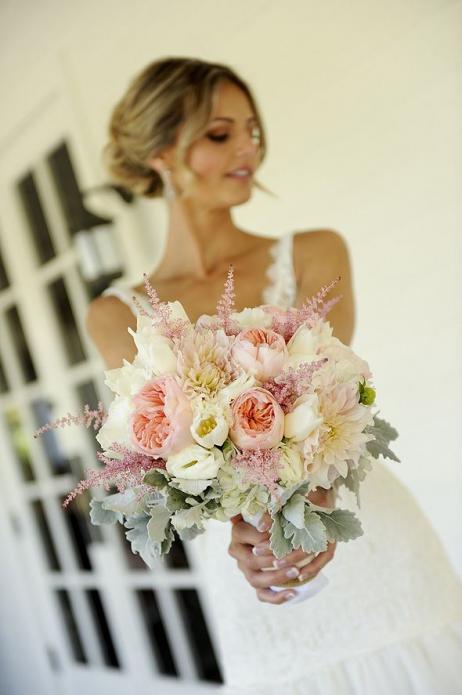 Невеста-блондинка с букетом из пионовидных роз