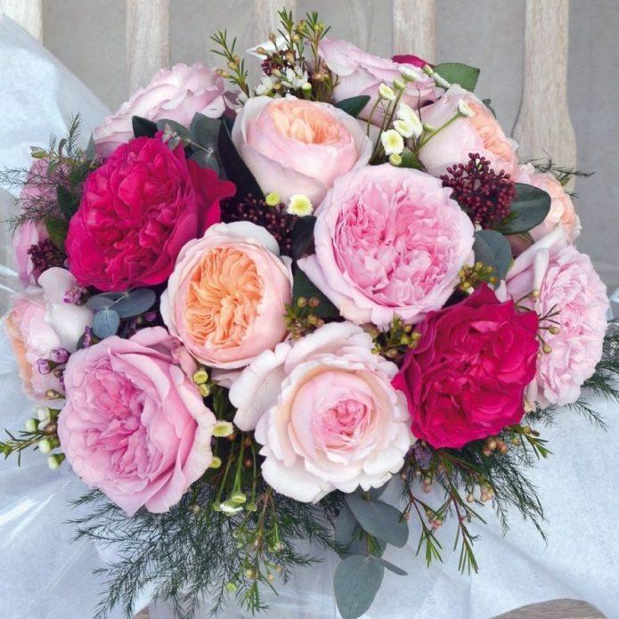 Свадебный букет из малиновых и розовых пионовидных роз