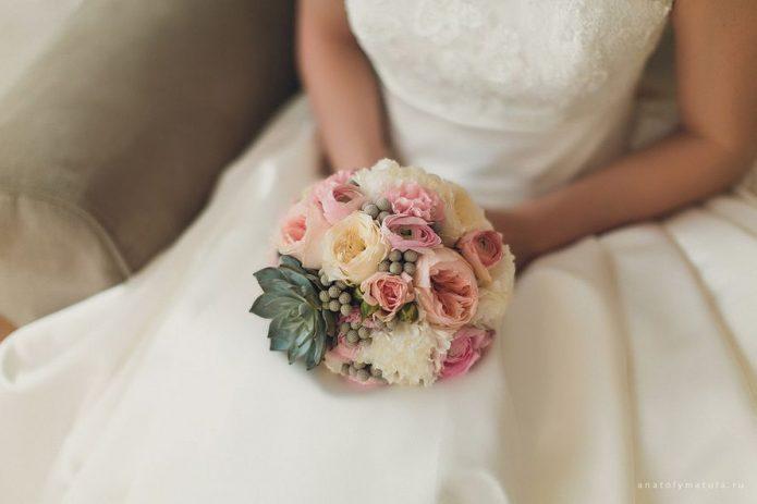 Круглый свадебный букет для пышного платья