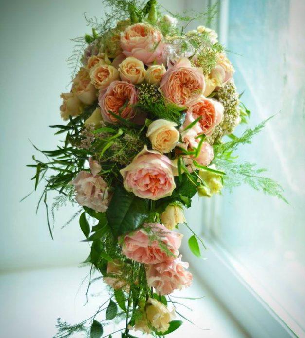 Каскадный букет из пионовидных роз