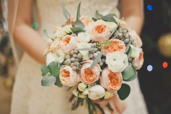 Букет невесты для кремового свадебного платья