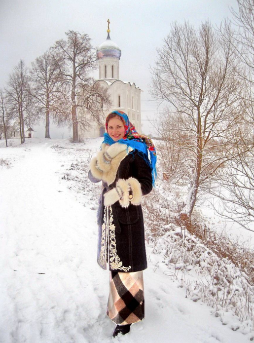 девушка у церкви Покрова