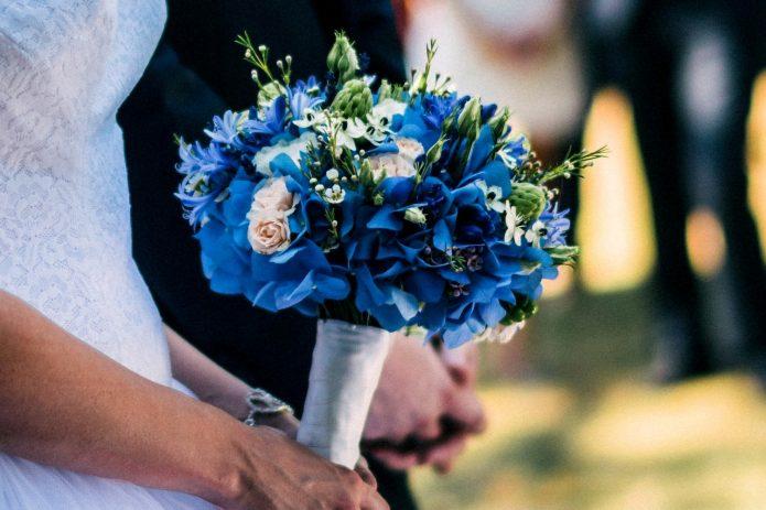 невеста держит синий букет