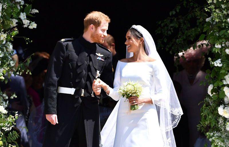 жених и невеста с маленьким букетом