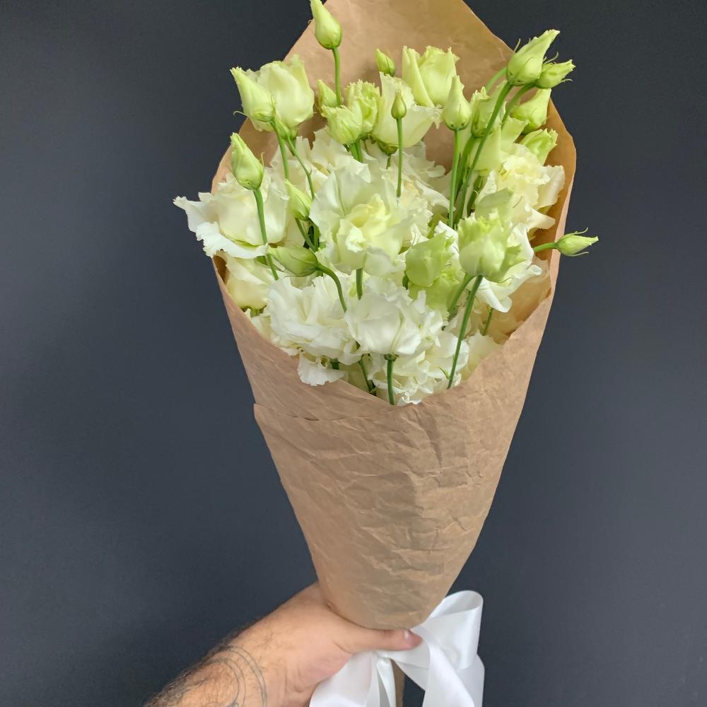 Букет гладиолусов в бумажной упаковке