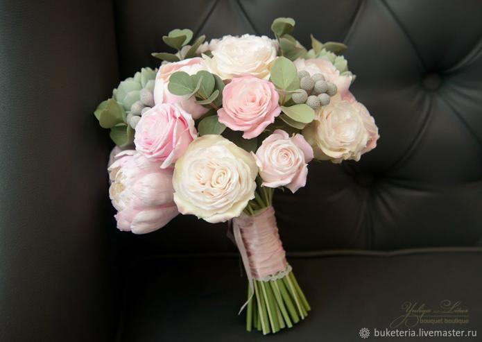 Маленький букет с розами