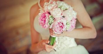 Свадебный букет из пионов: сочетания, оформление, фото композиций