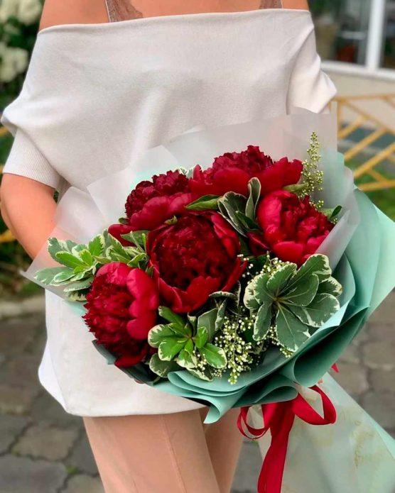 Букет невесты из красных пионов
