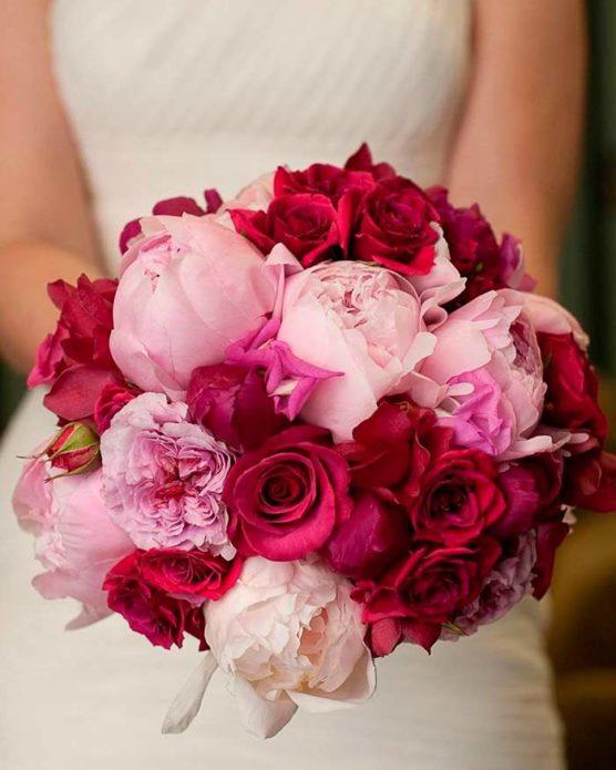 Белые пионы в сочетании с розами