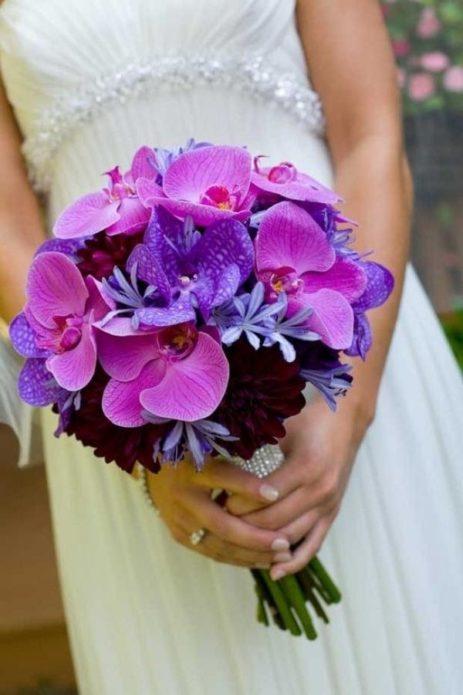 Фиолетовый букет в руках невесты