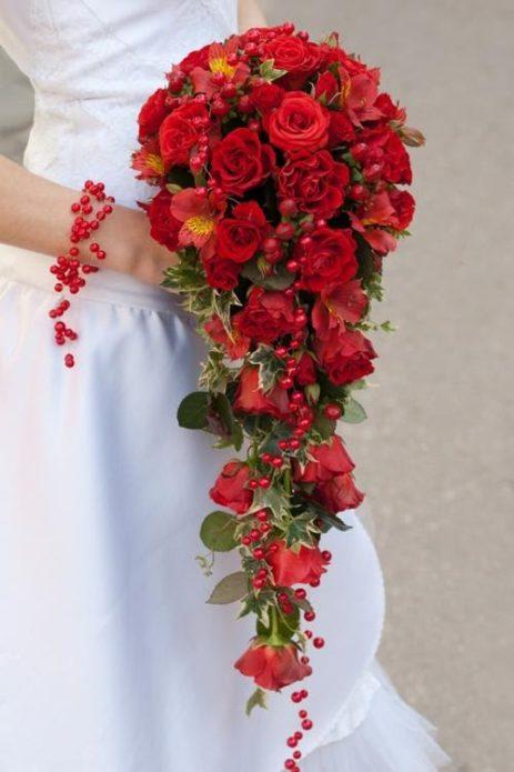 Красный каскадный букет невесты